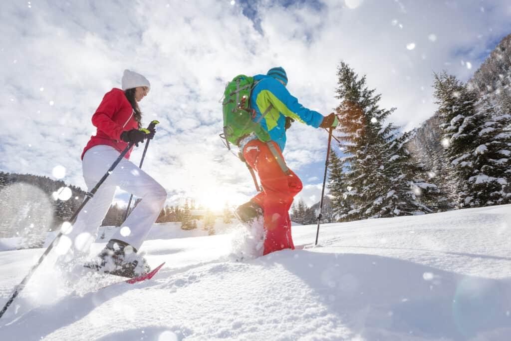 Couple randonnee raquette neige